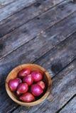 Odgórny widok świeża czerwona cebula w drewnianym pucharze na drewno stołu tle, ziołowy pojęcie, kopii przestrzeń zdjęcie stock