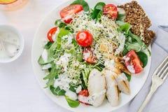 Odgórny widok świeża lato sałatka na talerzu na stole zdjęcia royalty free