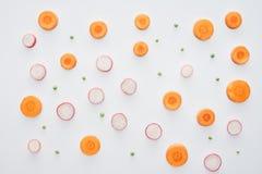 odgórny widok świeża pokrojona marchewka, rzodkiew i zieleni grochy, fotografia stock