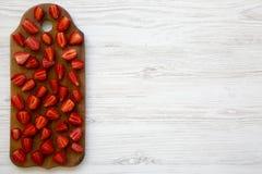 Odgórny widok, świeże truskawki na drewnianej desce z kopii przestrzenią Biały Drewniany stół Od above, Zdjęcie Stock