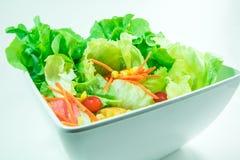 Odgórny widok świeżość warzywa w białym pucharze na białym backgr zdjęcie stock