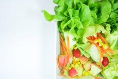 Odgórny widok świeżość warzywa w białym pucharze na białym backgr fotografia stock
