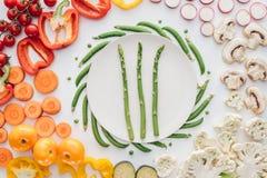 odgórny widok świeży asparagus na round biel półkowych i organicznie warzywach Royalty Ilustracja