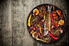 Odgórny widok świeży mięso i warzywo na grillu umieszczającym na drewnianej podłoga Zdjęcia Royalty Free