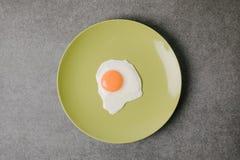 odgórny widok świeży smakowity smażący jajko na talerzu na popielatym obraz stock
