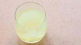 Odgórny widok żółta gazowana pastylka rozpuszcza w wodzie zdjęcie wideo