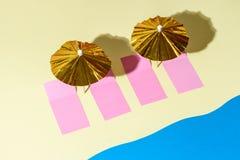 Odgórny widok żółta piasek plaża z złocistymi słońce parasolami Obraz Stock