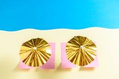 Odgórny widok żółta piasek plaża z złocistymi słońce parasolami Fotografia Stock