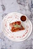 Odgórny widok Amerykański karmowy grill żebruje stek z pieprzowego kumberlandu ketchupem w ceramicznym naczyniu na bielu talerzu  Zdjęcia Royalty Free