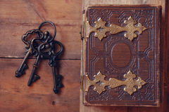 Odgórny widok antykwarska książkowa pokrywa z mosiężnymi przepięciami, obraz stock