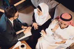 Odgórny widok Arabska para przy przyjęciem obraz royalty free