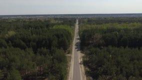 Odgórny widok asfaltowy drogi przez lasowej strzelaniny na trutniu i jezioro zbiory
