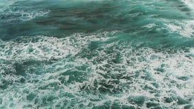 Odgórny widok Atlantycki ocean, małe fale tworzy morze pianę blisko plaży zbiory