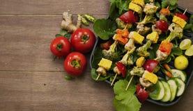 Odgórny widok Autentyczny paneer tikka w grill niecce Dekorował z colourful warzywami w drewnianym tle ilustracji