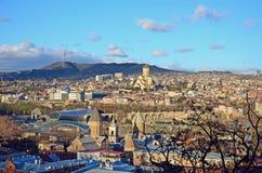 Odgórny widok Avlabari okręg z Świętej trójcy katedrą w Tbilisi na zmierzchu Zdjęcia Royalty Free