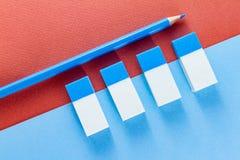 Odgórny widok błękitne gumki na kolorów papierach i ołówek Zdjęcia Royalty Free
