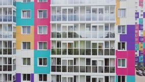 Odgórny widok barwiony mieszkaniowy kompleks klamerka Piękni eleganccy domy różni kolory w luksusie mieszkaniowym zbiory wideo