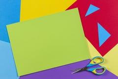 Odgórny widok barwiony papier z kolorowymi nożycami Dzieciak sztuka i rzemiosła papierowy aplikacyjny tło zdjęcie stock