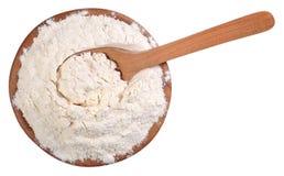 Odgórny widok biała mąka w drewnianym pucharze z łyżką na bielu Obraz Royalty Free