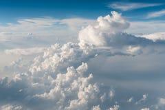 Odgórny widok białe puszyste chmury fotografia stock