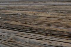 Odgórny widok biel zaszaluje drewnianą drogę przemian nad morzem przy portem Zamyka w górę rocznika posadzkowego szalunku obraz stock
