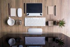 Odgórny widok biurowego biurka praca z komputerem, dostawy, Obraz Royalty Free
