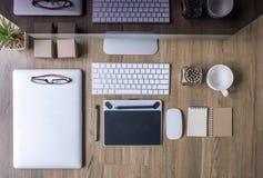 Odgórny widok biurowego biurka praca z komputerem, laptop, dostawy Zdjęcie Royalty Free