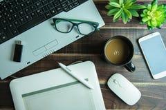 Odgórny widok biurowego materiału graficzny projekt z pióro myszy ochraniacza lapto Zdjęcie Stock