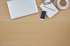 Odgórny widok biurowy biurko Obrazy Stock
