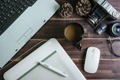 Odgórny widok biurowy materiału graficznego projekta pióra myszy ochraniacz z lapto Obrazy Stock