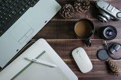 Odgórny widok biurowy materiału graficznego projekta pióra myszy ochraniacz z lapto Obraz Stock