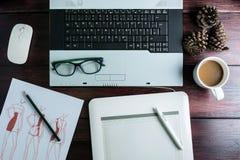 Odgórny widok biurowy materiału graficznego projekta pióra myszy ochraniacz z lapto Zdjęcia Stock