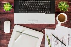 Odgórny widok biurowy materiału graficznego projekta pióra myszy ochraniacz z lapto Zdjęcie Royalty Free