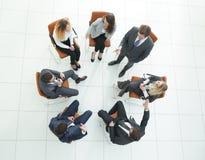 Odgórny widok biznesów drużynowi dyskutuje nowi pomysły Obraz Stock