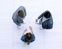 Odgórny widok Biznes drużyna dyskutuje znacząco zagadnienia zdjęcia stock