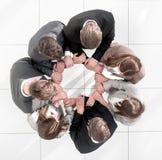 Odgórny widok biznes drużyna tworzy okrąg obrazy royalty free