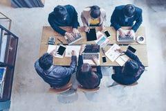 Odgórny widok Biznes pastylki drużynowy używa komputer pracować z pieniężnymi dane Partnery dyskutuje wykres raportowy przyrost i fotografia royalty free