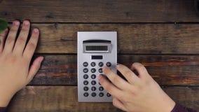 Odgórny widok biznesmen ręka, obliczenie na kalkulatorze egzamininuje pokazu z powiększać - szkło zdjęcie wideo