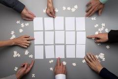 Odgórny widok biznesmen ręki dotyka pustych białych papiery Obrazy Stock