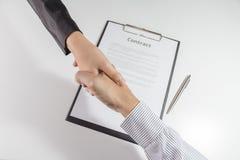 Odgórny widok biznesmena i bizneswomanu uścisk dłoni nad co Obrazy Stock