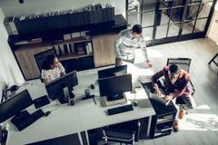 Odg?rny widok biznesmeni pracuje w dru?ynie w przestronnym biurze zdjęcie royalty free