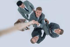 Odgórny widok biznesowa drużyna pomaga lidera wzrastać up Fotografia Stock