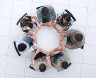 Odgórny widok Biznesowe drużynowe chwyt ręki, tworzy okrąg obrazy stock