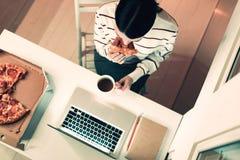 Odgórny widok biznesowej kobiety dopatrywanie przy laptopem obraz royalty free