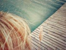 Odgórny widok blondyn i błękitne wody zdjęcie stock