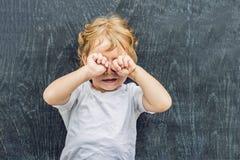 Odgórny widok blondyny troszkę żartuje chłopiec z przestrzenią dla teksta i symboli/lów na starym drewnianym tle Pojęcie dla zami Zdjęcia Stock