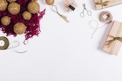 Odgórny widok Bożenarodzeniowe dekoracje, pudełka z prezentami, nożyce fotografia royalty free