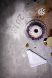 Odgórny widok Bożenarodzeniowy tort na stołowym tle Korzenny dekorujący tort z 2018 znakiem Bożenarodzeniowy pojęcie kosmos kopii Fotografia Stock