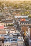 Odgórny widok bourbon ulica w dzielnicie francuskiej, Nowy Orlean zdjęcia royalty free