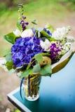Odgórny widok bukiet biała i błękitna wiosna kwitnie Zdjęcia Stock